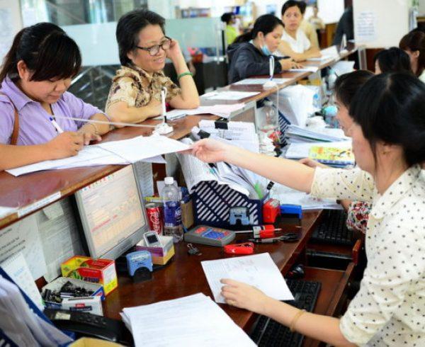 Đại diện doanh nghiệp và người dân làm thủ tục BHXH, BHYT tại Bào hiểm Xã hội TP.HCM Ảnh: TTD